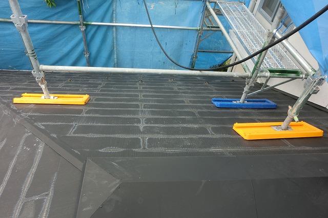 屋根に保護カバーを敷いて足場をかけました。