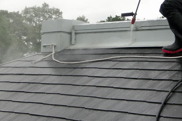 屋根の高圧洗浄している写真