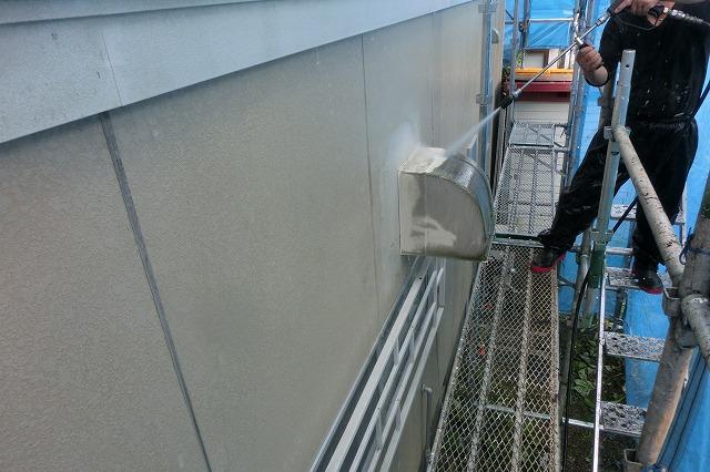 外壁を高圧洗浄している写真