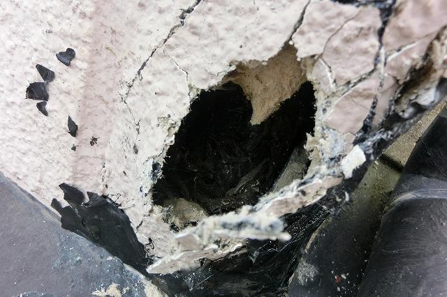 2階北西部穴の開いた劣化の激しい外壁