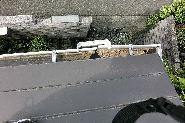 上から見た破損した軒樋