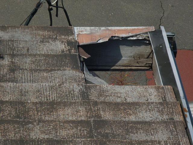 上から見た穴が開いた軒部
