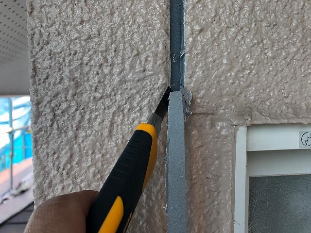出隅部分の外壁目地のシーリングを剥がします。